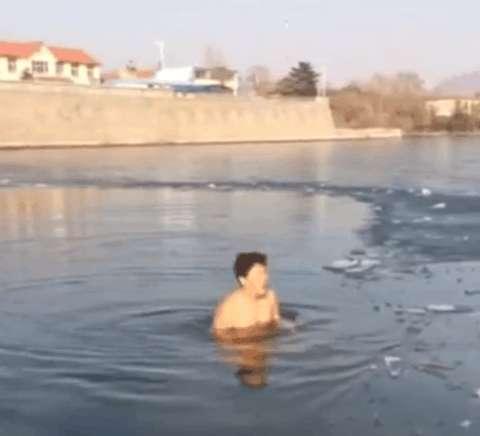 男子冰下潜泳错过冰面出口, 接下来发生的一幕让人后背冒冷汗