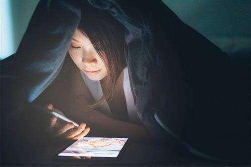 睡前玩手机的危害 年轻人不能忽视的问题
