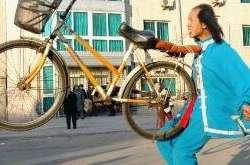 奇怪的运动,骑摩托钻火圈!
