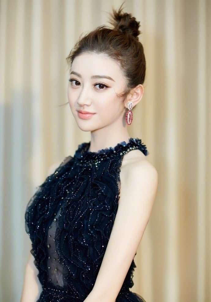 景甜穿深V黑色纱裙性感甜美 承诺新的一年微博常